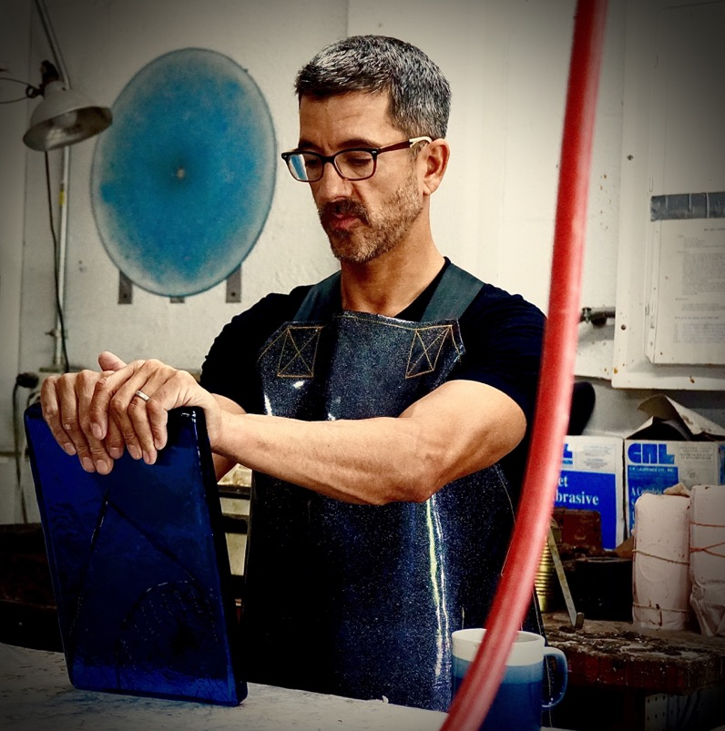 DAS Alex Bernstein begins his workshop demo at the Washington Glass School. photo by Diane Charnov